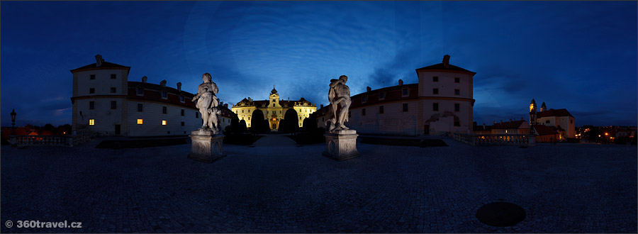 Play virtual tour - Hercules Statues in Night